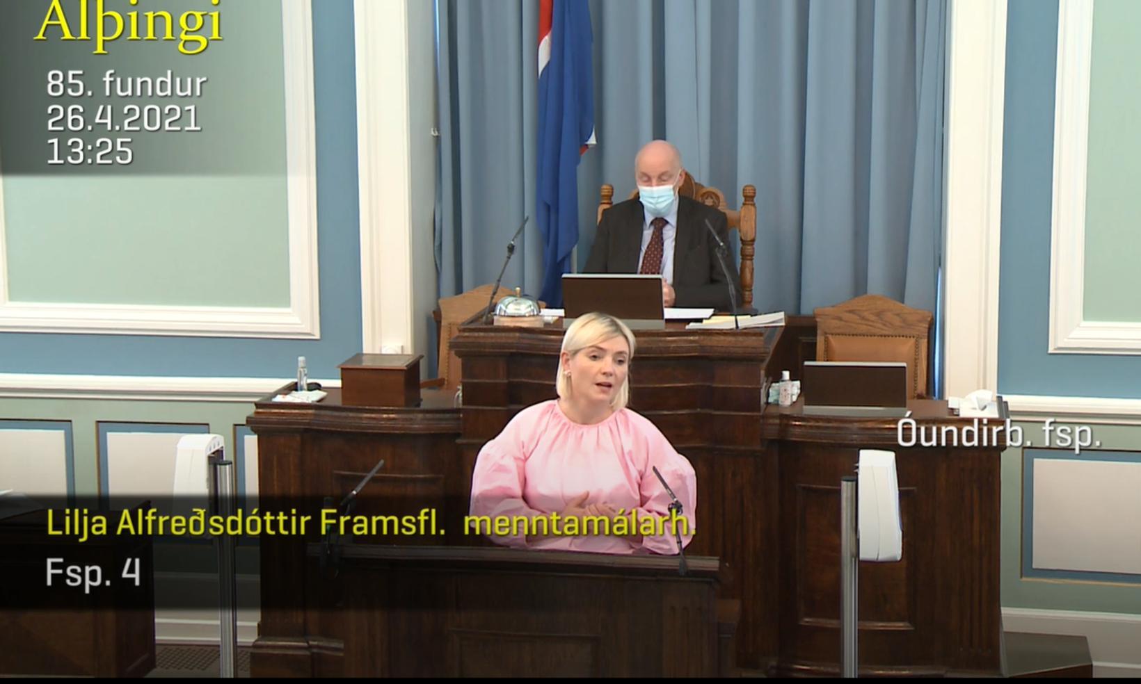 Lilja Alfreðsdóttir svarar óundirbúinni fyrirspurn.