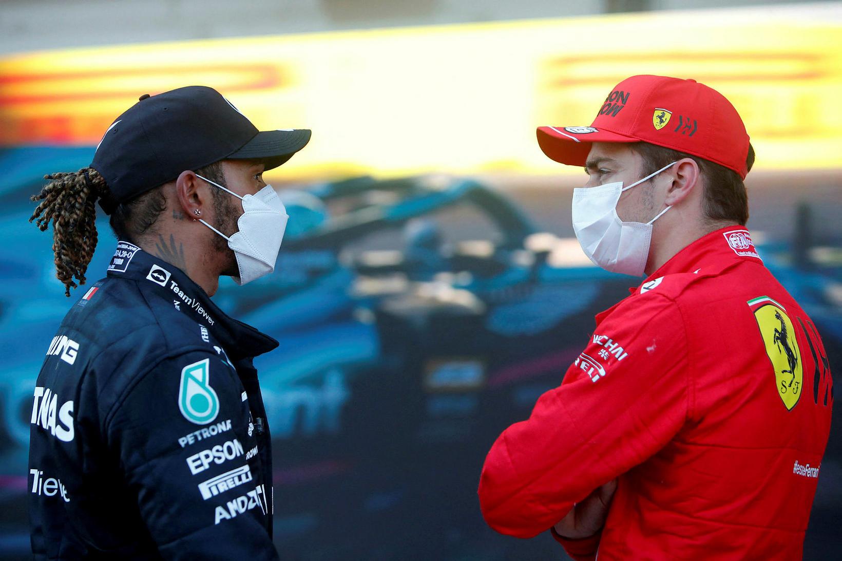 Lewis Hamilton (t.v.) og Charles Leclerc spjalla saman eftir tímatökuna …