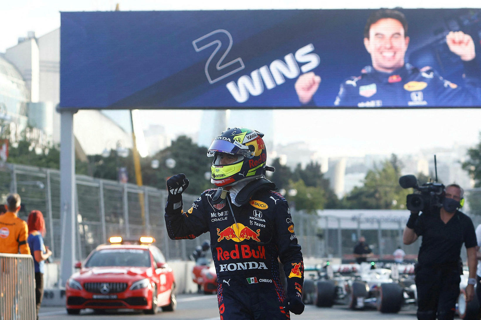 Sergio Perez fagnar sigrinum í Bakú.
