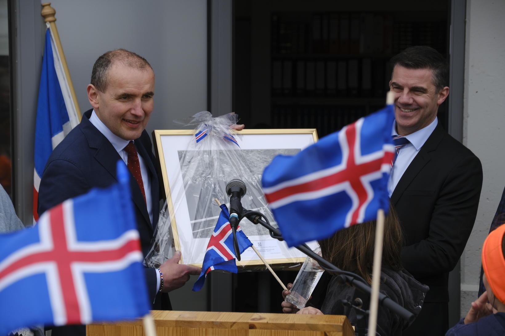 Guðni Th. Jóhannesson, forseti Íslands, veitti Elliða Vignissyni bæjarstjóra Þorlákshafnar …