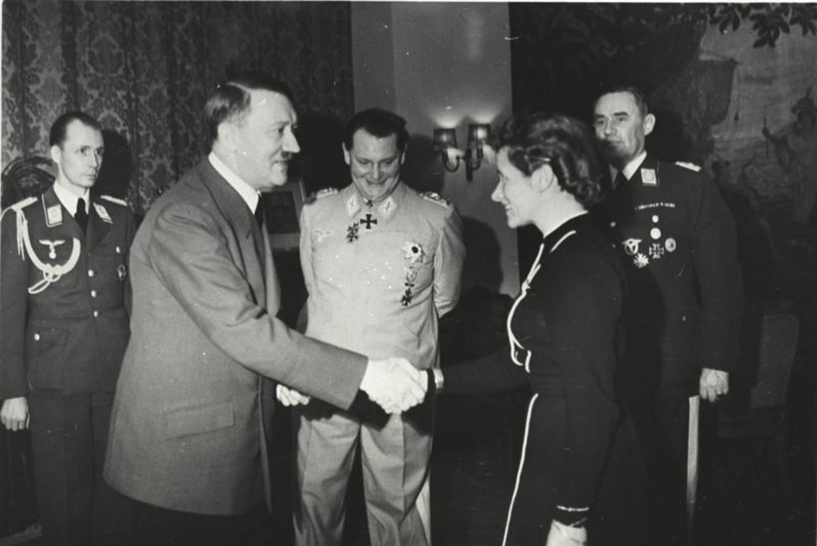 Adolf Hitler og Hanna Reitsch við orðuveitingaathöfn í mars 1941. …