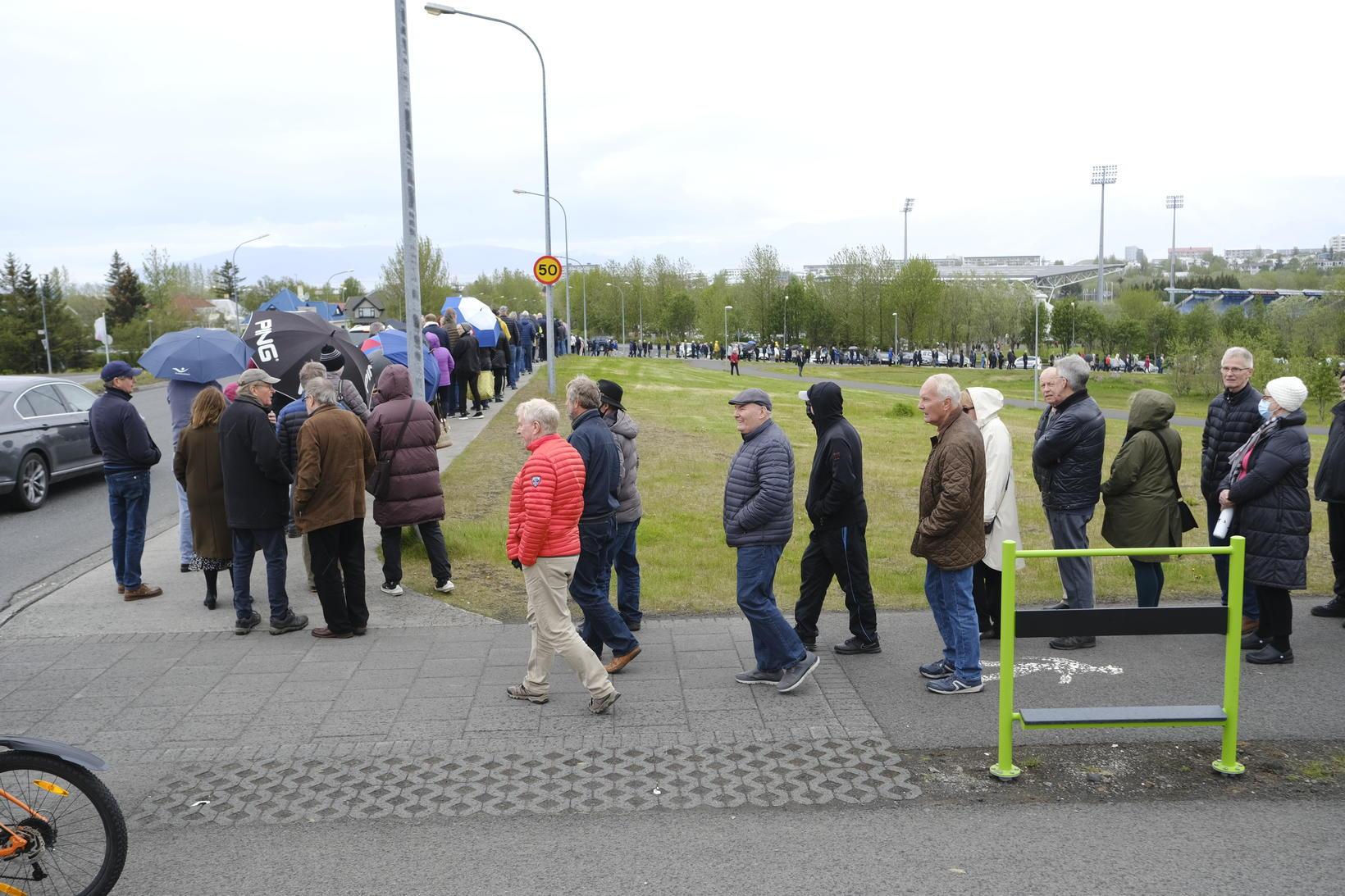 Röðin til að komast í bólusetningu í Laugardalshöll í dag …