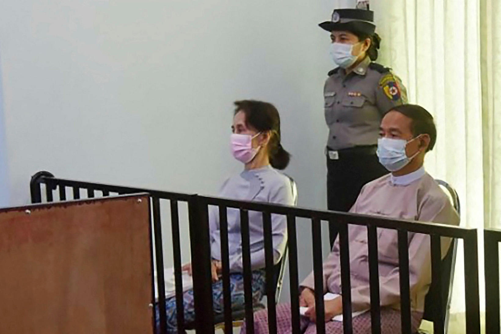 Aung San Suu Kyi (til vinstri) kemur fyrir dómara fyrr …