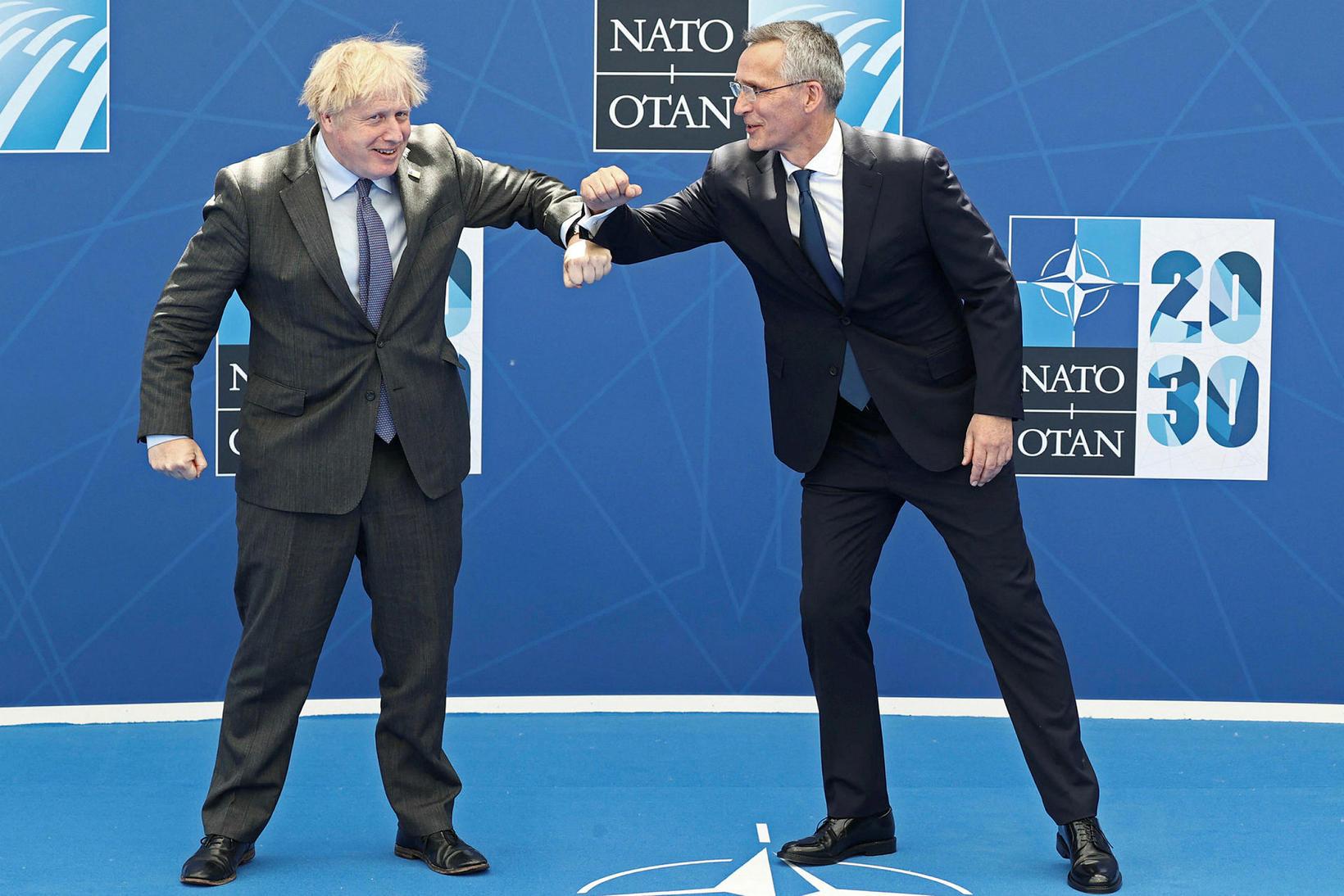Boris Johnson, forsætisráðherra Bretlands og Jens Stoltenberg, framkvæmdastjóri NATO heilsast …