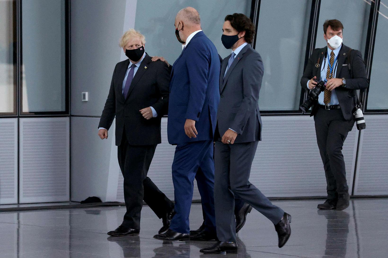 Boris Johnson, spjallar og Justin Trudeau, forsætisráðherra Kanada, hlustar á …