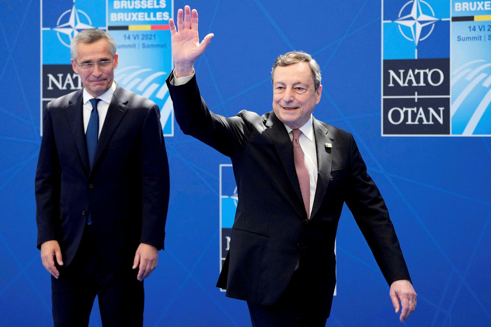 Jens Stoltenberg heilsar Mario Draghi, forsætisráðherra Ítalíu.