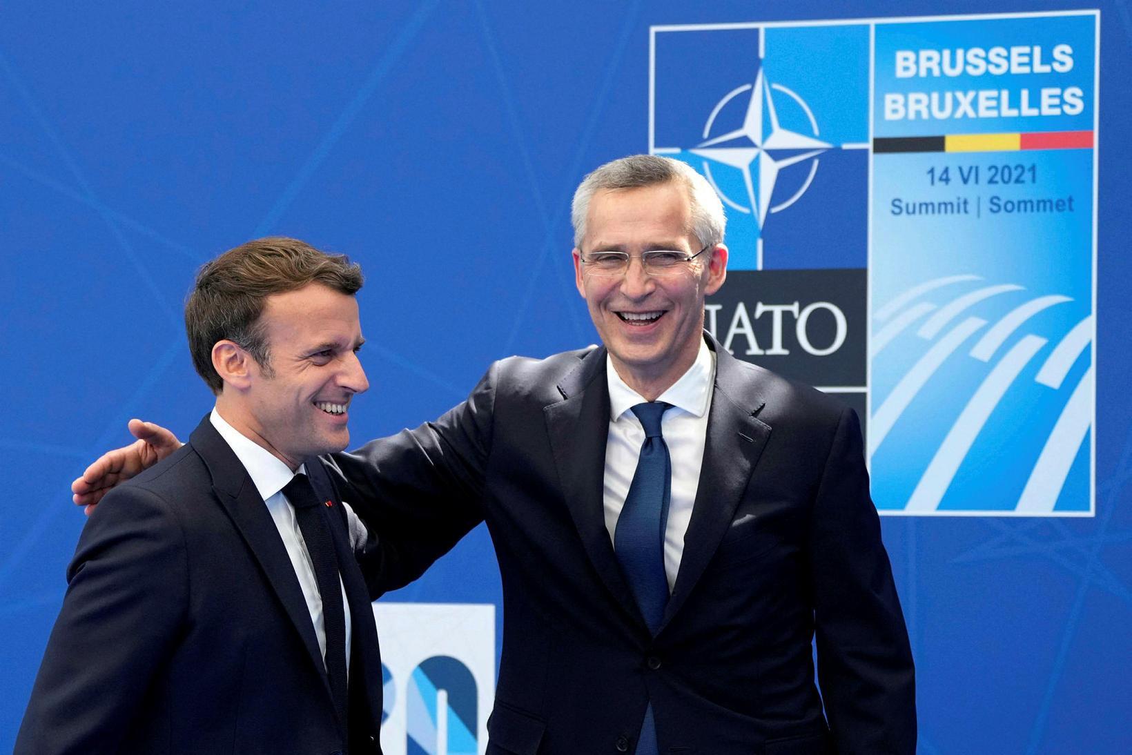 Jens Stoltenberg og Emmanuel Macron,forseti Frakklands í góðu gríni.