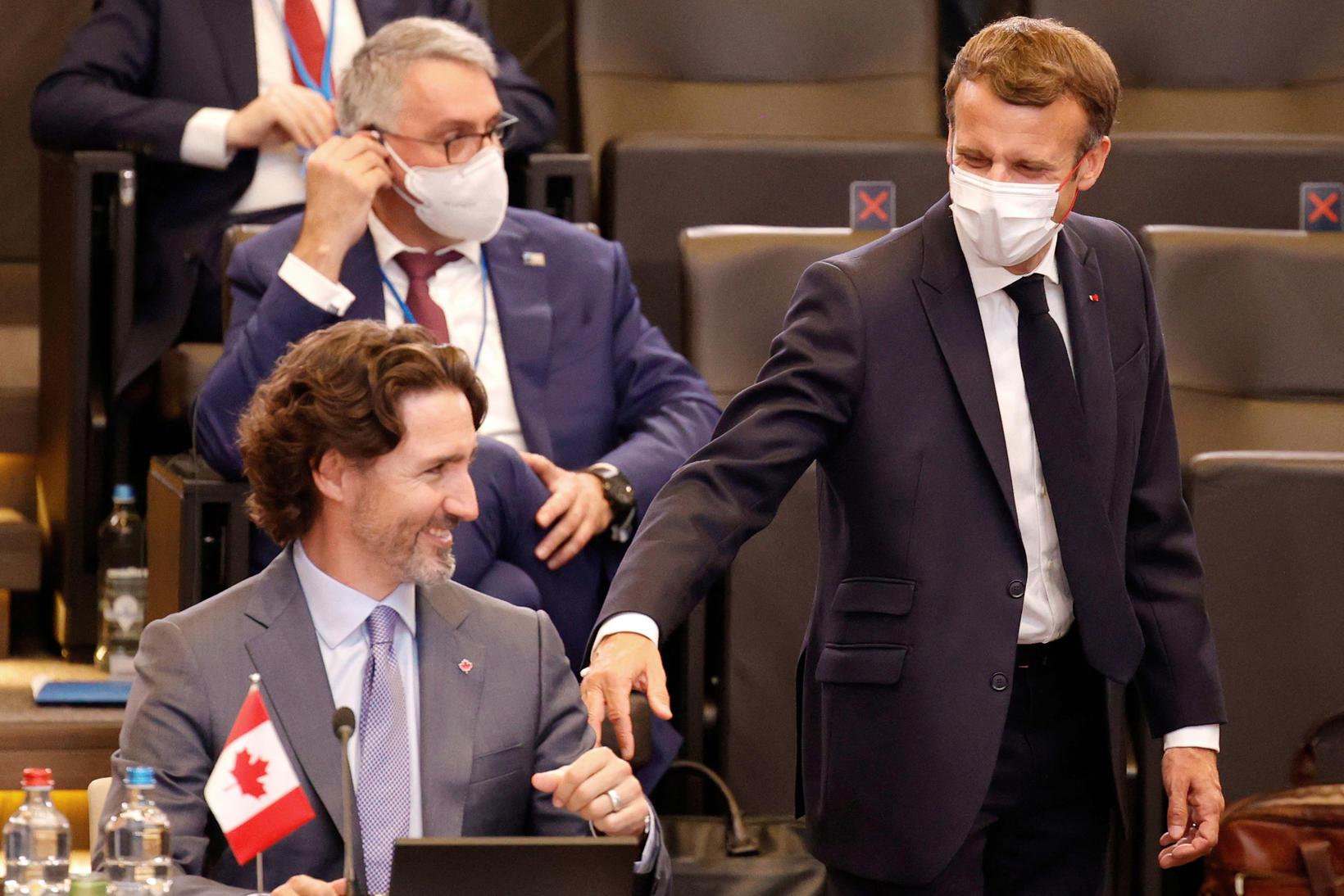 Emmanuel Macron frakklandsforseti og Justin Trudeau, forsætisráðherra Kanada glaðir að …