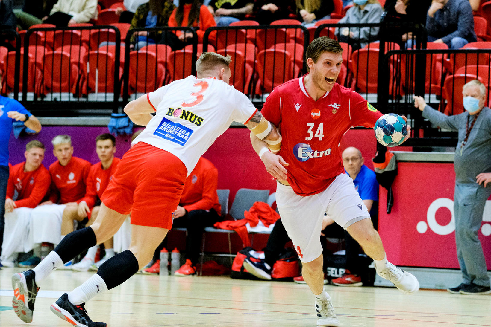 Geir Guðmundsson í vörninni á móti Antoni Rúnarssyni í kvöld.