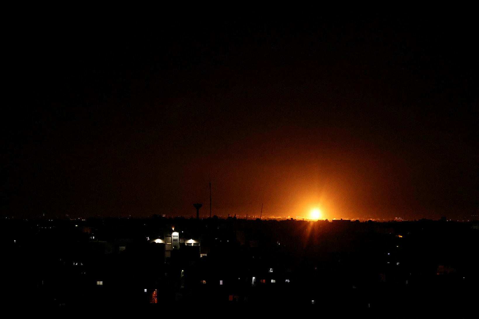 Sprenging lýsir upp himininn á Gaza-svæðinu.