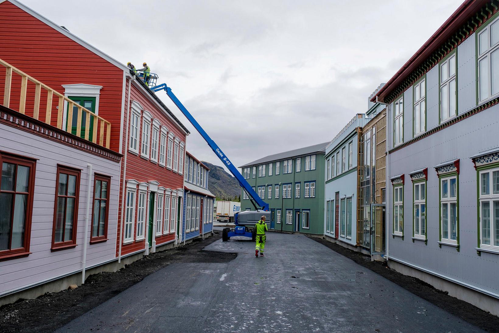 Þrettán íbúðir verða seldar á almennum markaði.