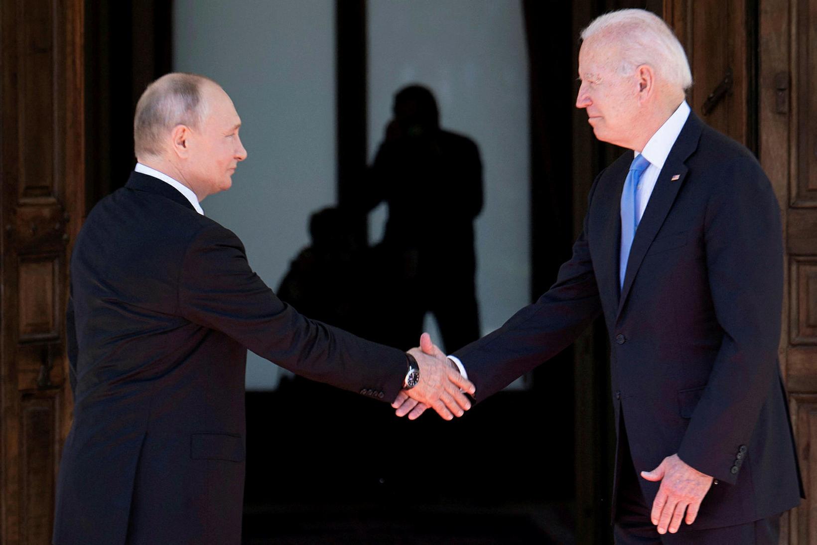 Vladimír Pútín Rússlandsforseti og Joe Biden Bandaríkjaforseti takast í hendur …