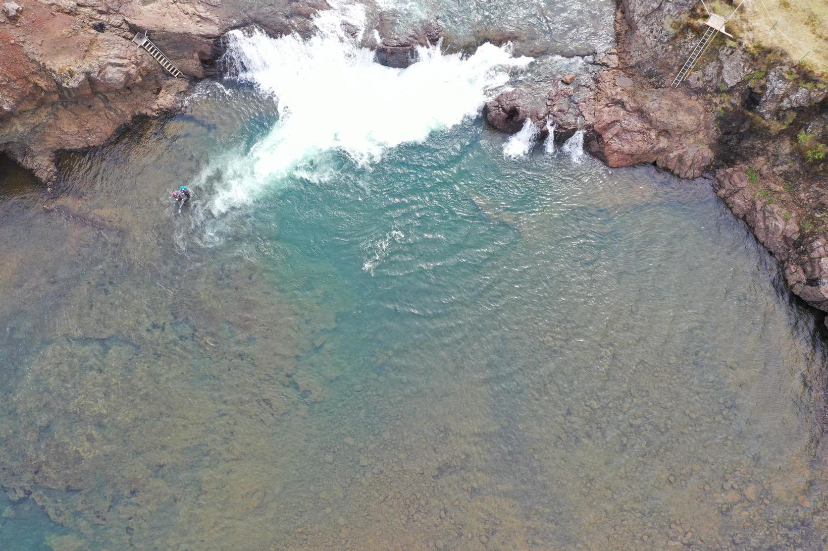 Skemmtileg loftmynd af Laxfossi. Nokkrir laxar liggja á ská niður …