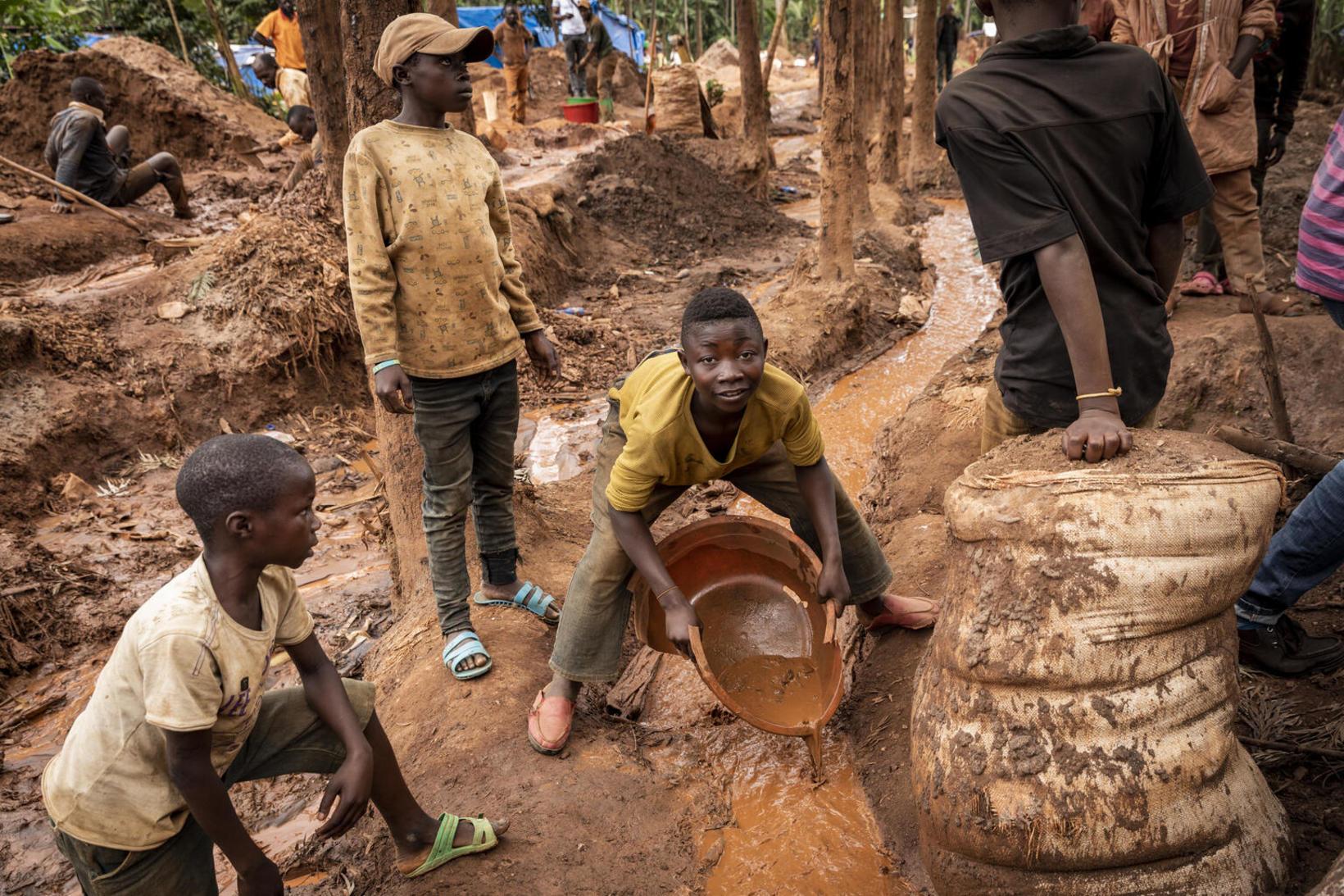 Í Kongó vinna um 40 þúsund börn í námum, flest …