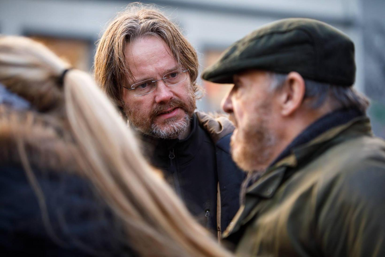 Jón Gústafsson ræðir við Jonathan Rhys-Davies á tökustað.