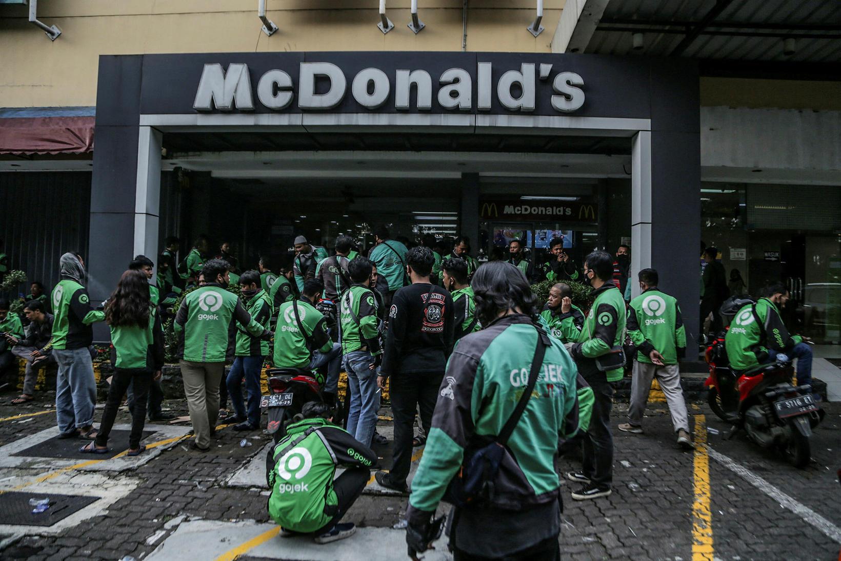 Sendlar reyna að fá BTS-máltíðir McDonalds.