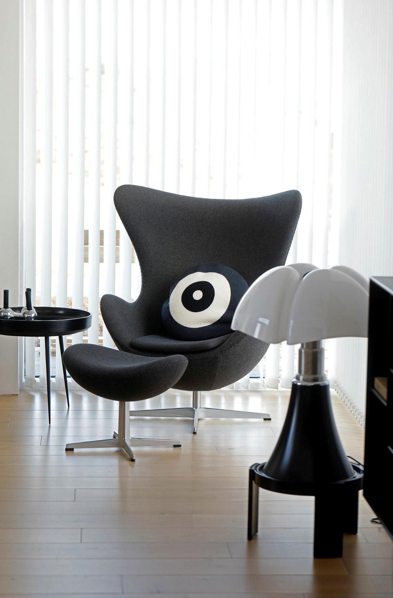 Eggið eftir Arne Jacobsen nýtur sín í stofunni.