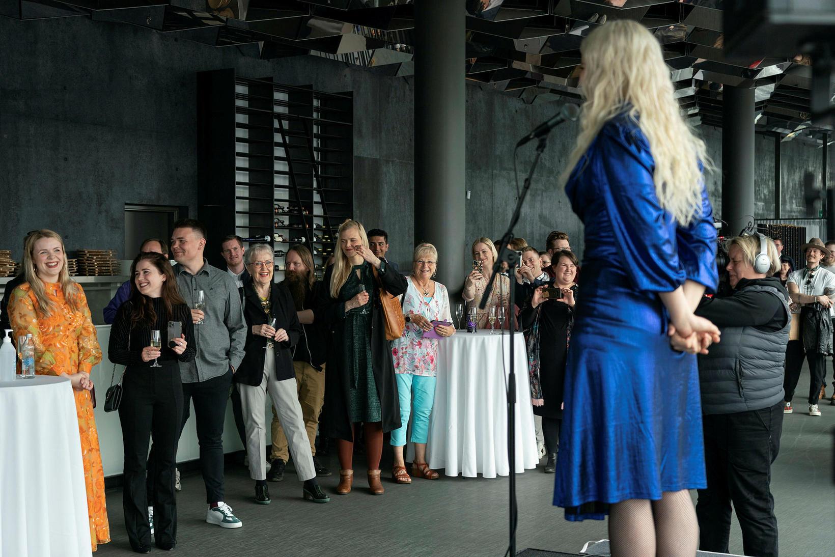 Ingibjörg Friðriksdóttir talar um verkið.