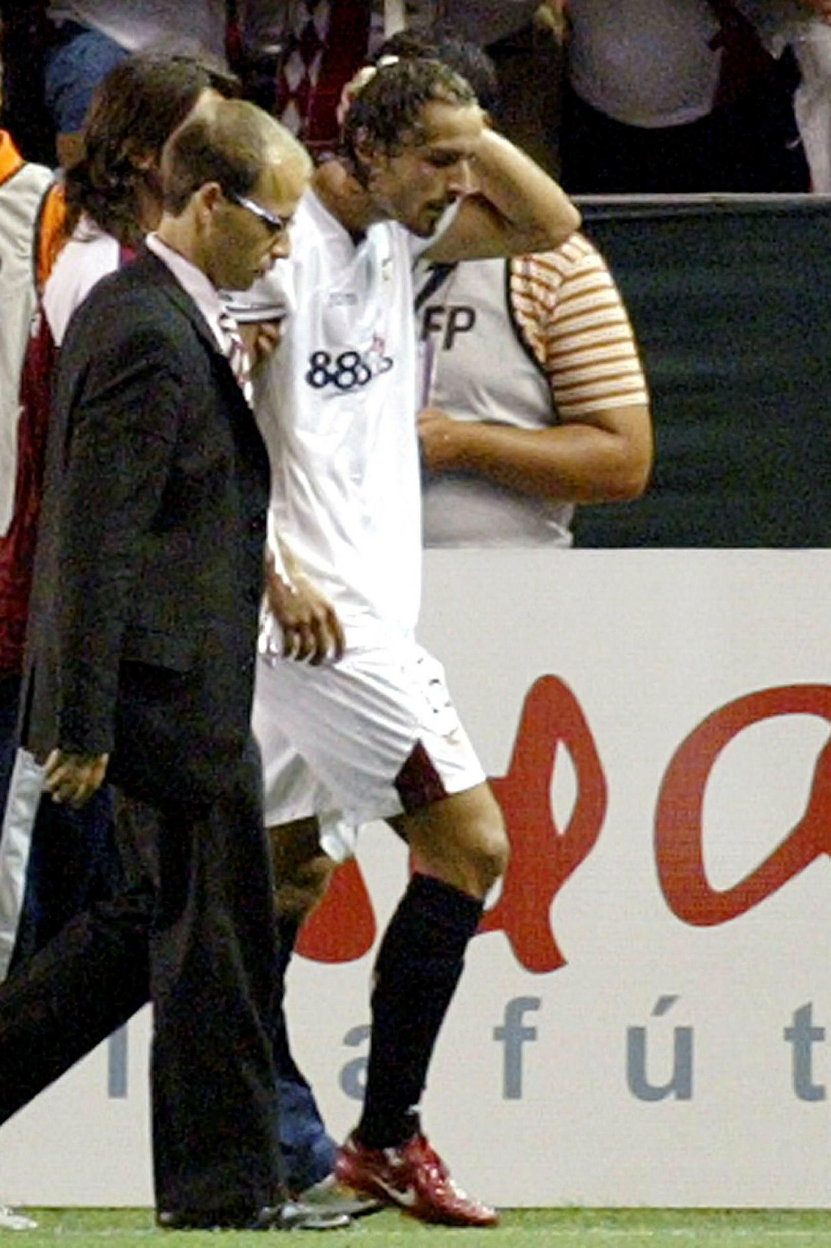 Spánverjinn Antonio Puerta studdur af velli eftir að hafa hnigið …