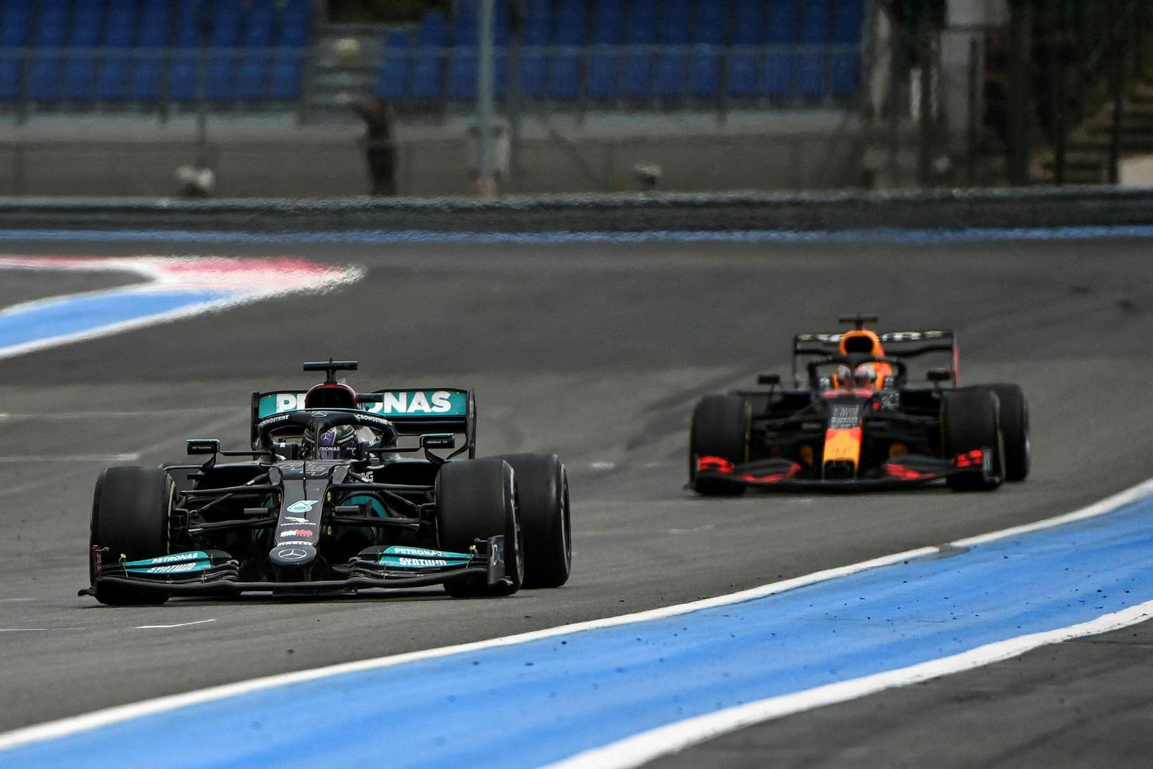 Max Verstappen að draga Lewis Hamilton uppi í franska kappakstrinum.
