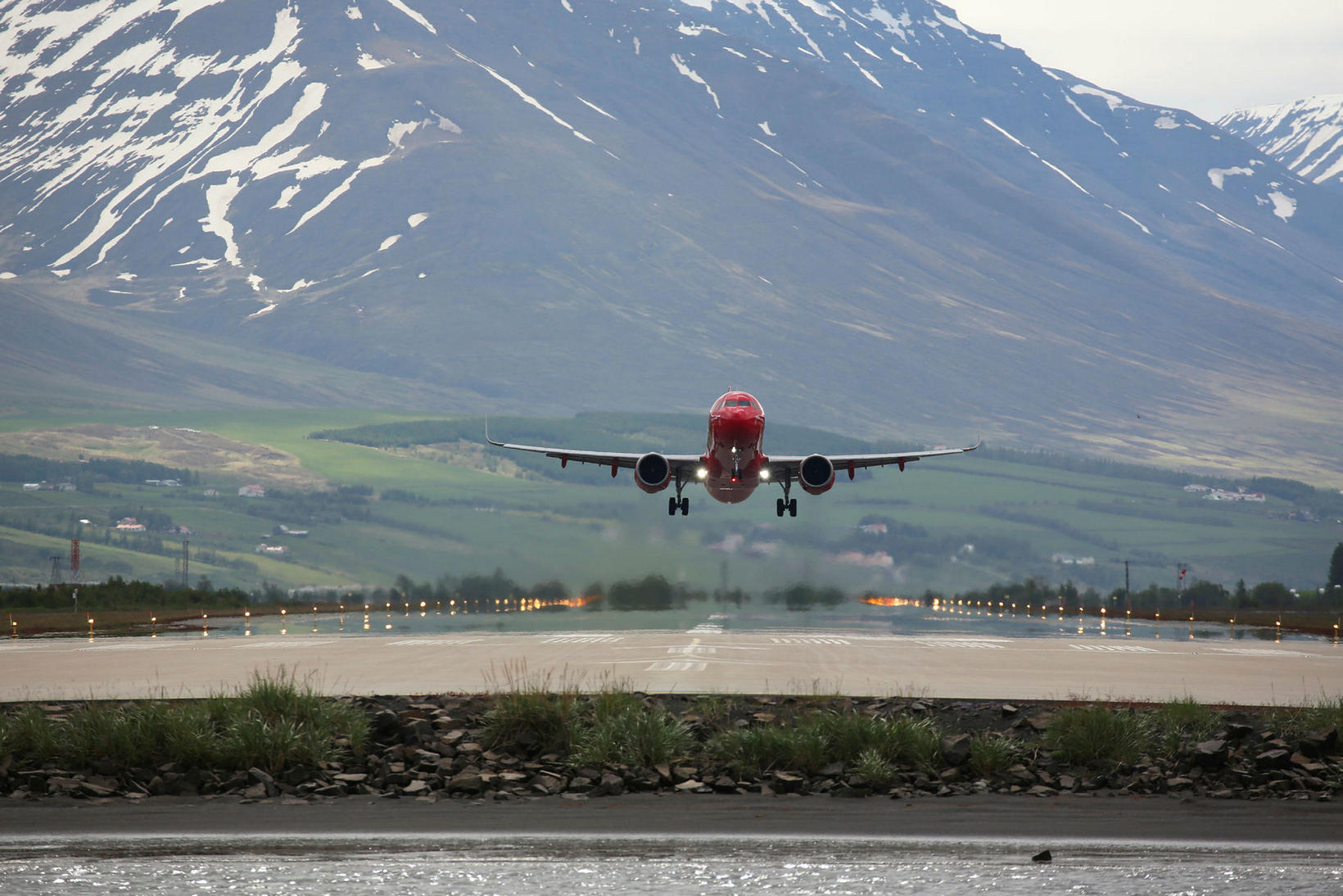 Flugfélagið Play að æfa snertilendingar á Akureyrarflugvelli í hádeginu í …