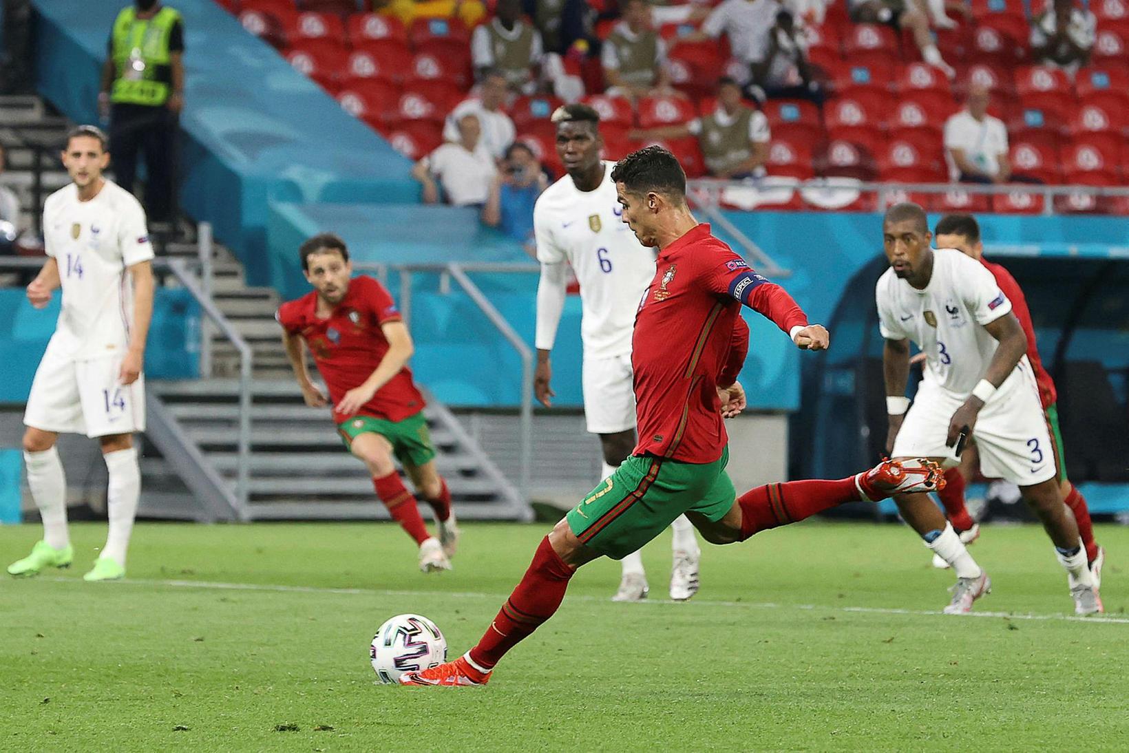 Cristiano Ronaldo skorar af vítapunktinum gegn Frökkum í kvöld.