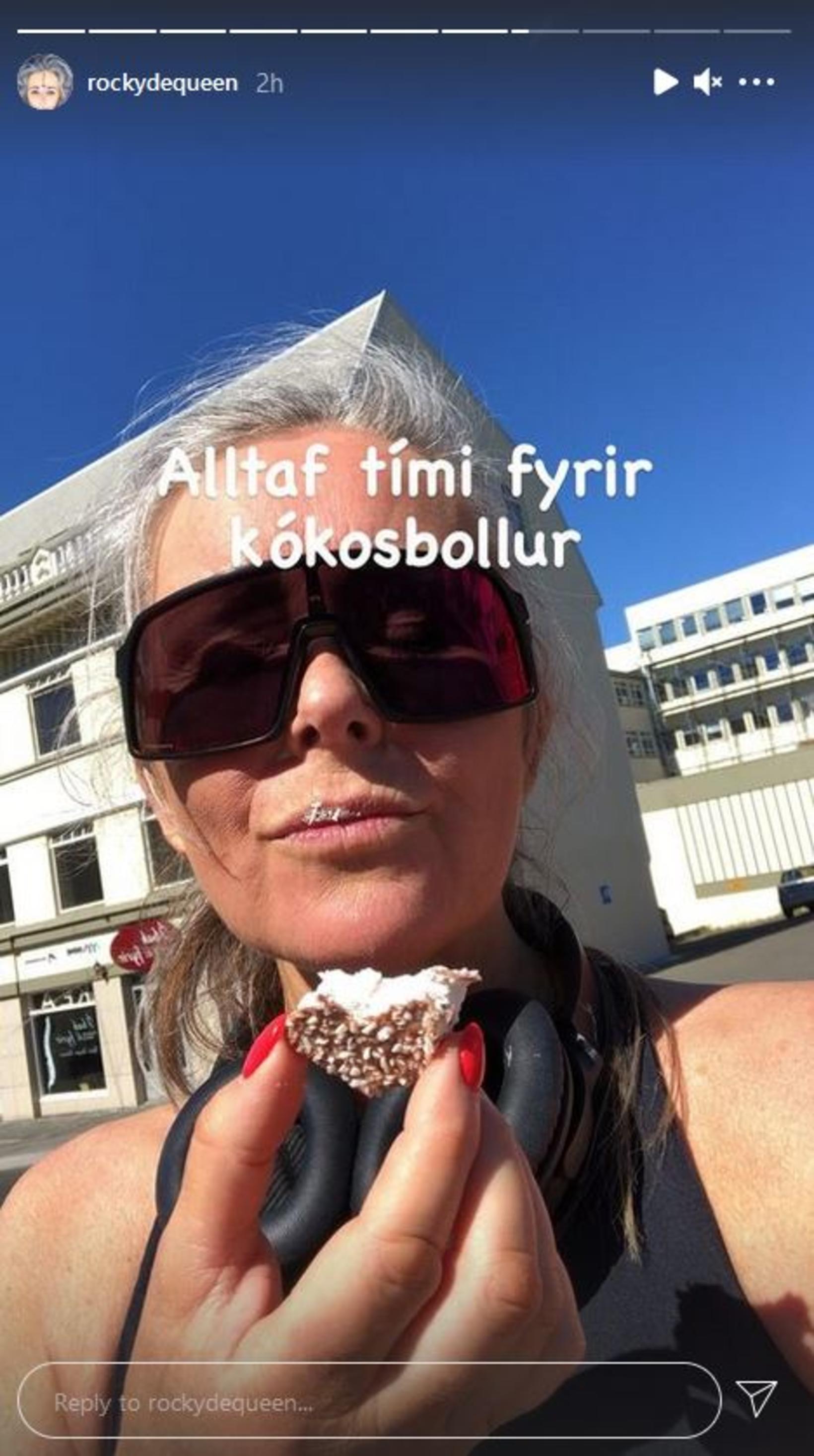 Ragga Eiríks fær sér kókosbollu eftir 30 ferðir upp kirkjutröppurnar …