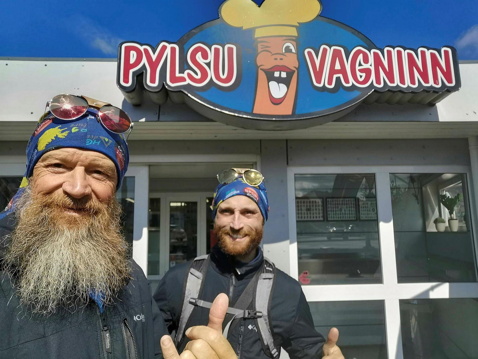 Feðradeginum fögnuðu þeir með íslenskri pylsu á Selfossi á leið …