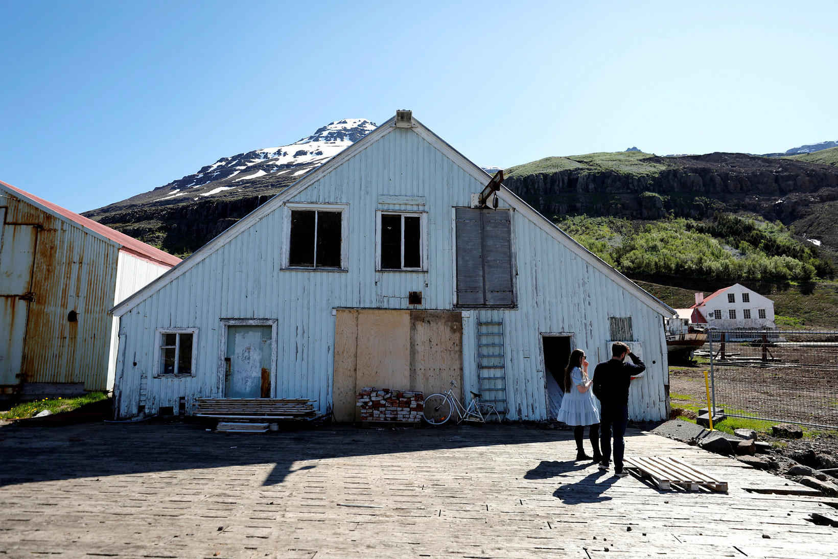 Ein skemman sem varð fyrir flóðbylgjunni.