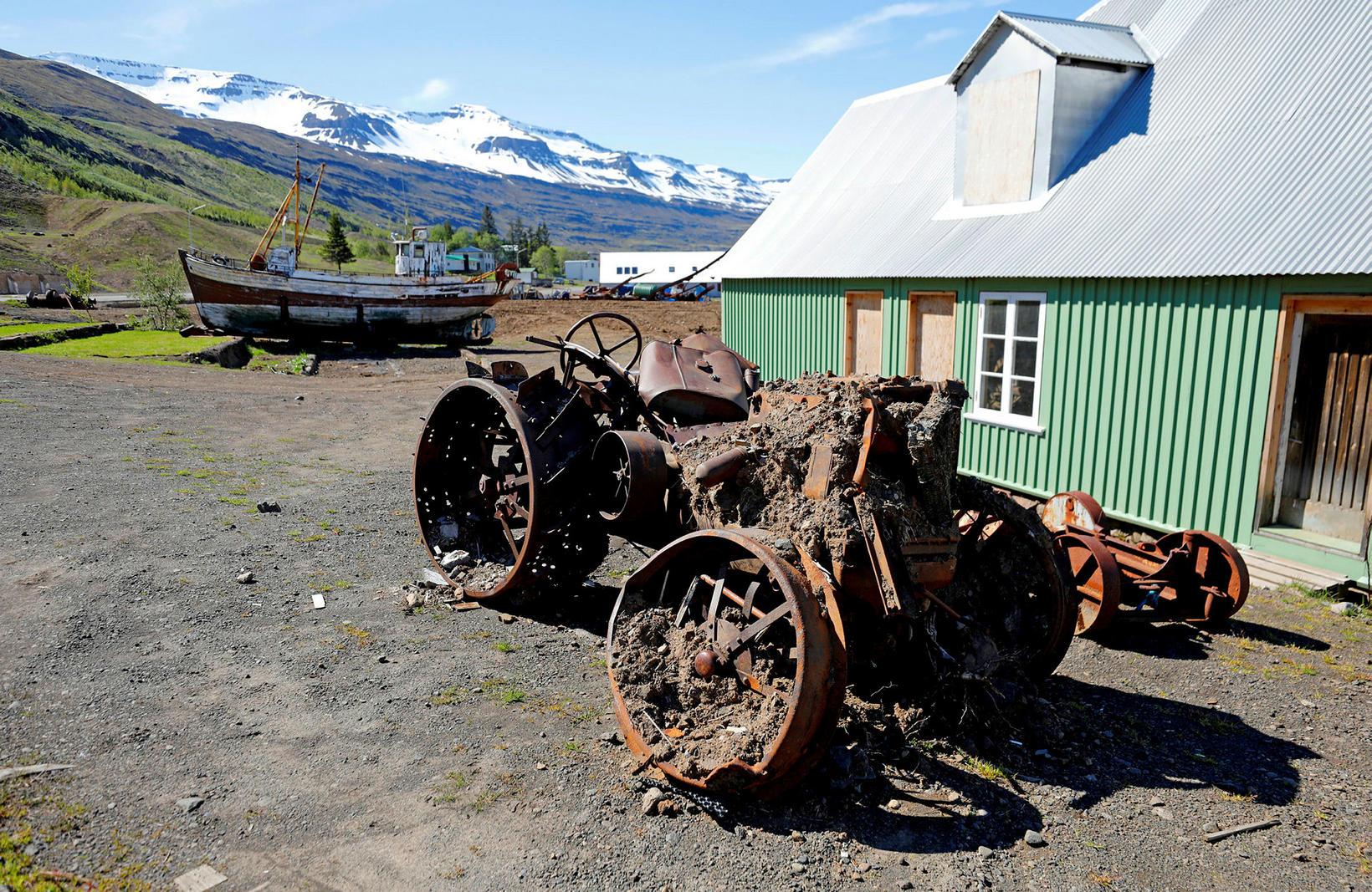 Sögufrægur traktor eyðilagðist mikið við höggið. Hann er eins konar …