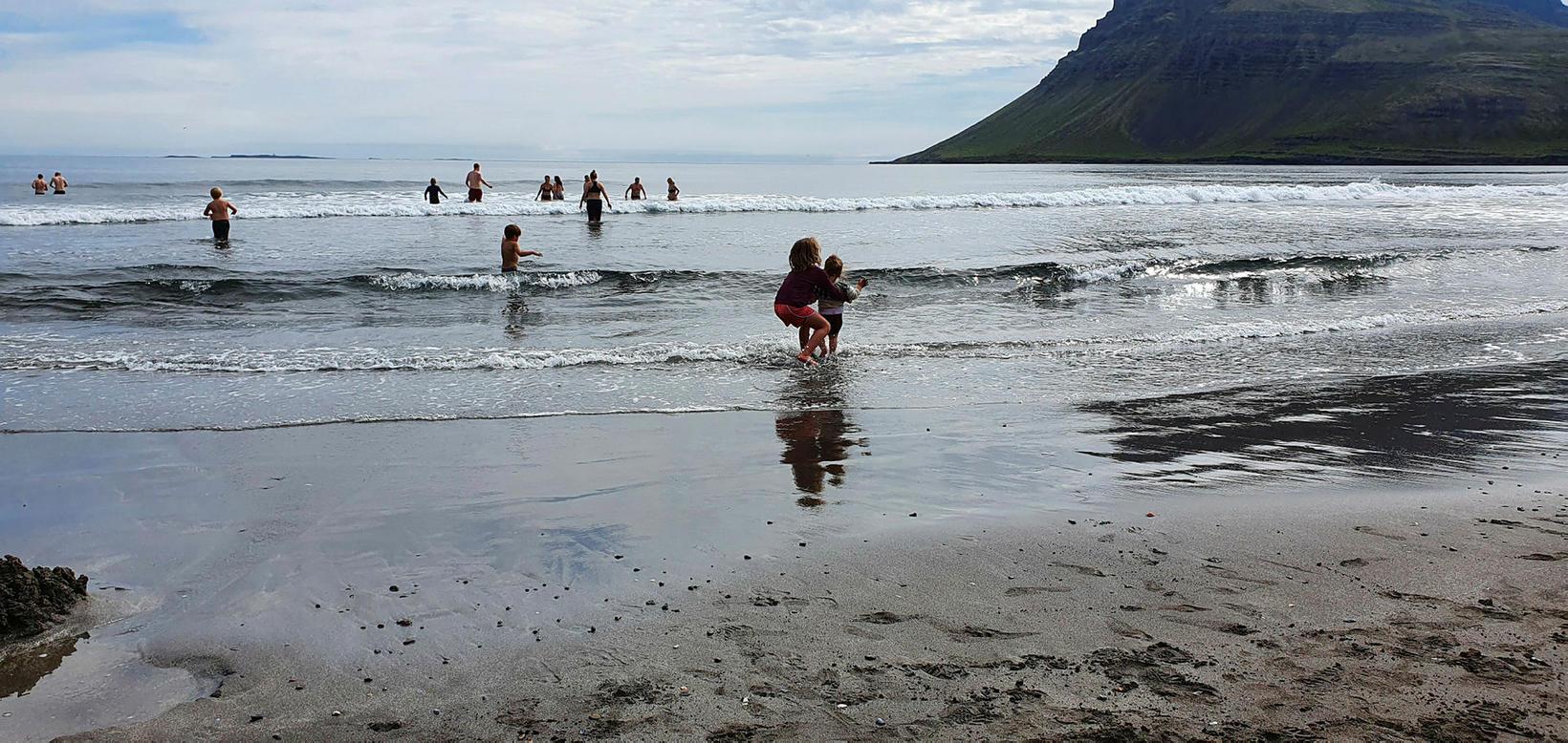 Buslað á ströndinni í Vöðlavík.