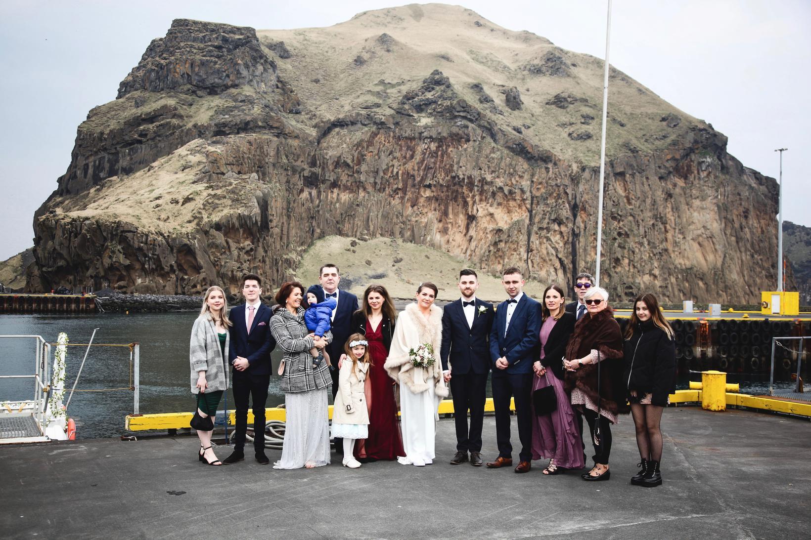 Brúðhjón með sínu nánasta fólki.