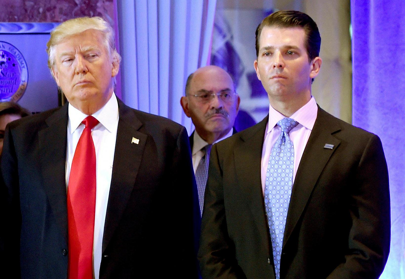 Donald Trump ásamt syni sínum Donald yngri. Í baksýn sést …