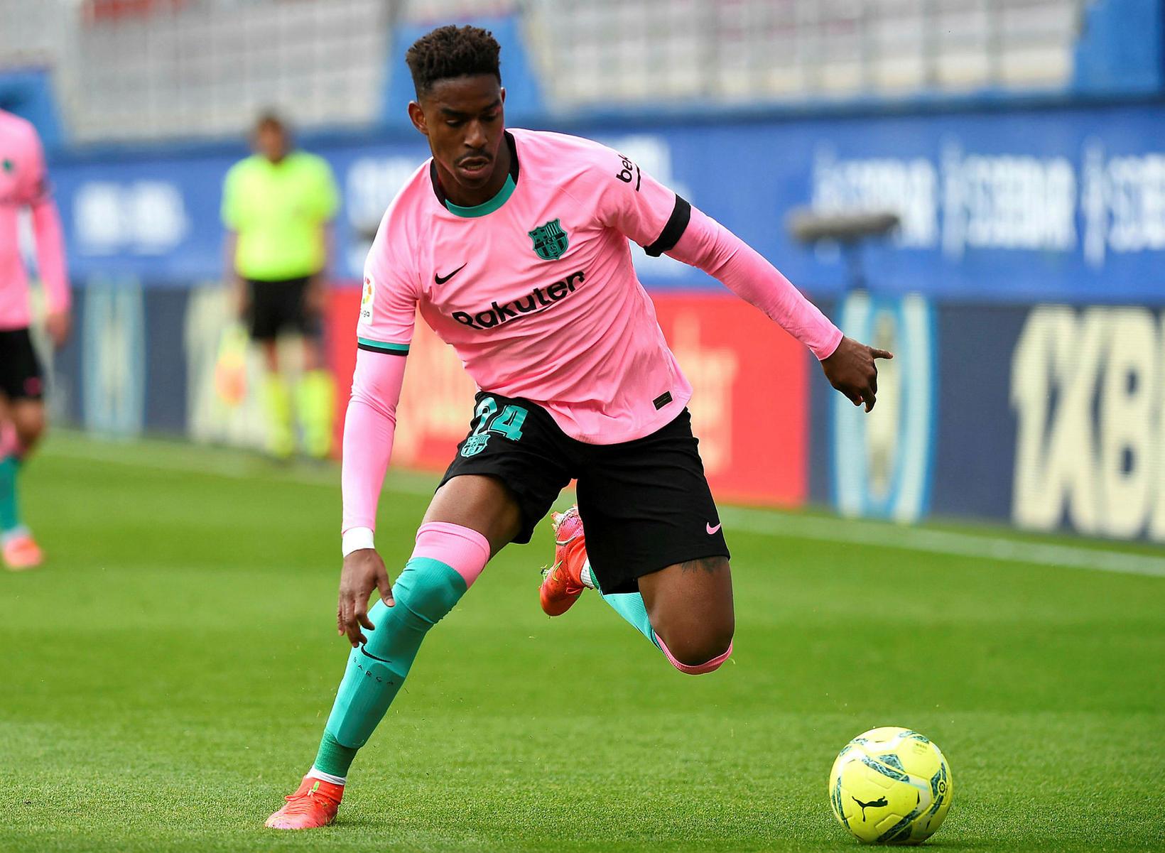 Spænski bakvörðurinn Junior Firpo er kominn til Leeds frá Barcelona …