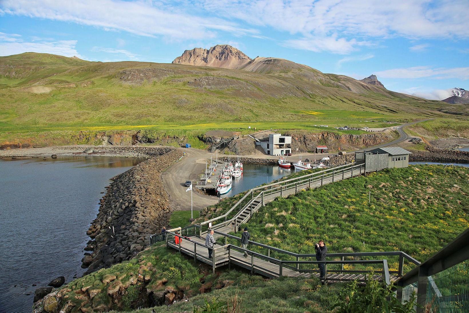 Lundahótelið er við höfnina á Borgarfirði á móti Hafnarhólma.