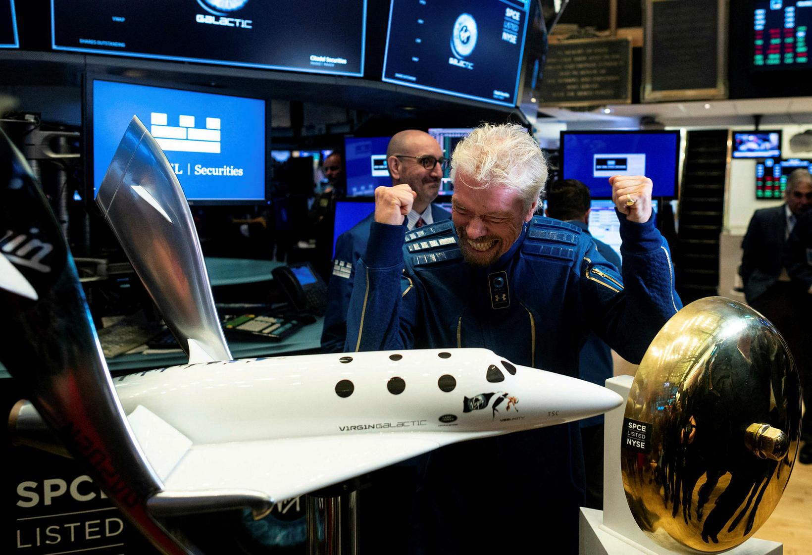 Branson sigurreifur við hlið módels af skutlunni, sem mun ferja …