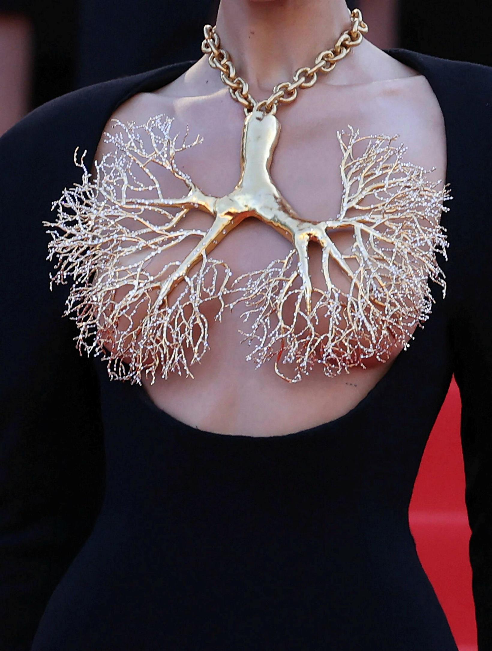 Bella Hadid var með áberandi hálsmen og í flegnum kjól.