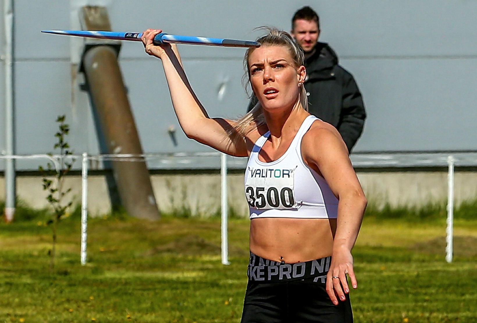 María Rún Gunnlaugsdóttir kastar spjóti á Akureyri í dag.