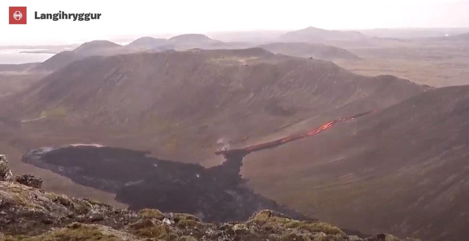 Á vefmyndavél Rúv má sjá hvernig hrauntungan kemur niður gilið …