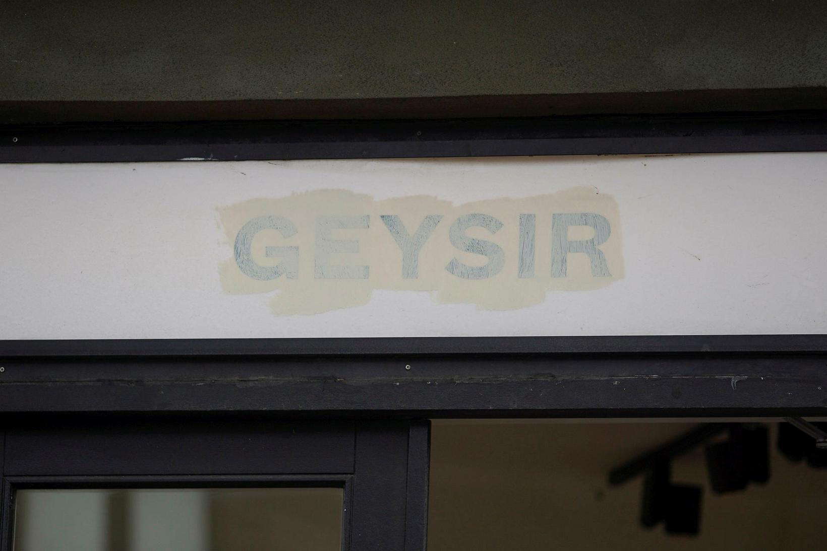 Jóhann tók sig til og málaði yfir merki Geysis.