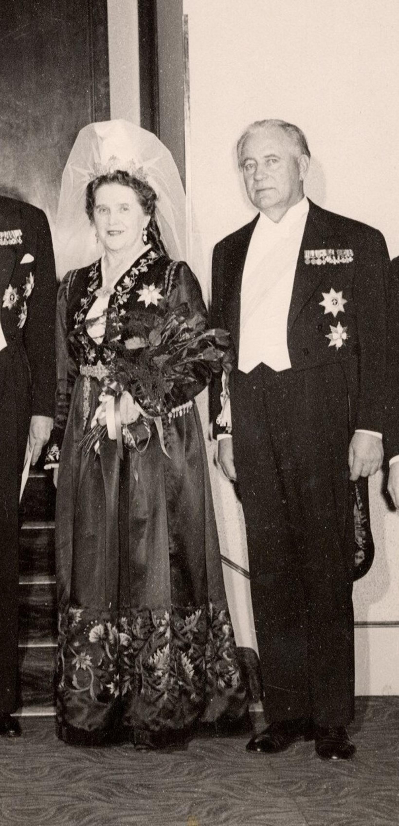 Frú Dóra Þórhallsdóttir og Ásgeir Ásgeirsson forseti. Dóra lést 1964 …