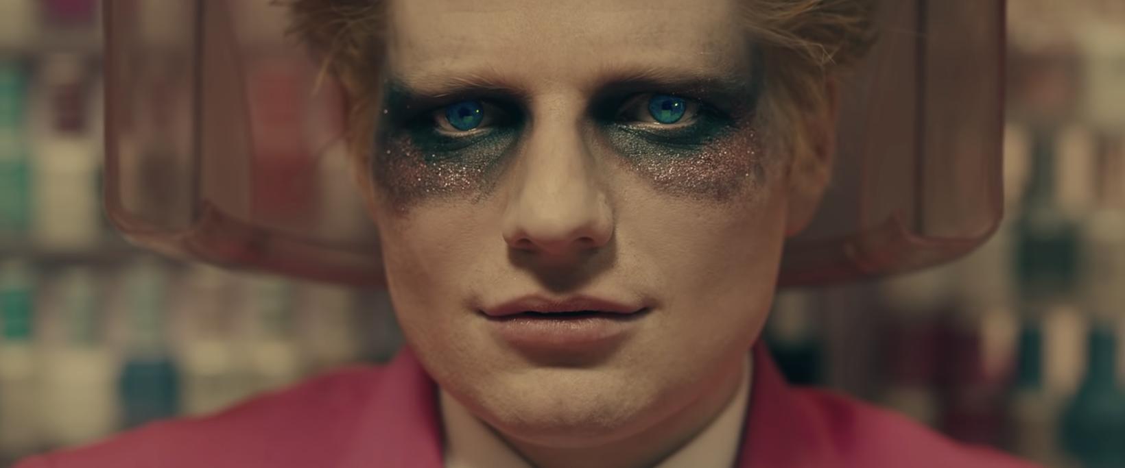 Ed Sheeran er ólíkur sjálfum sér í myndbandi við nýjasta …