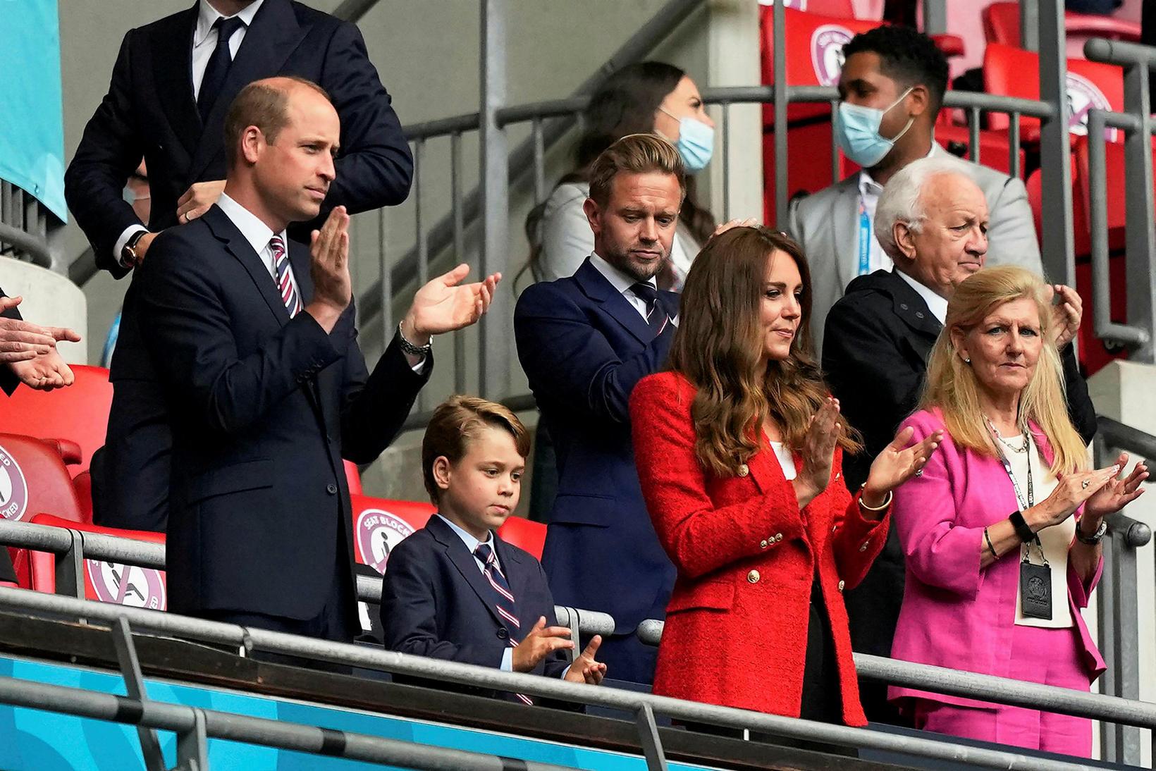 Vilhjálmur Bretaprins, Georg og Katrín hertogaynja á Wembley fyrr í …