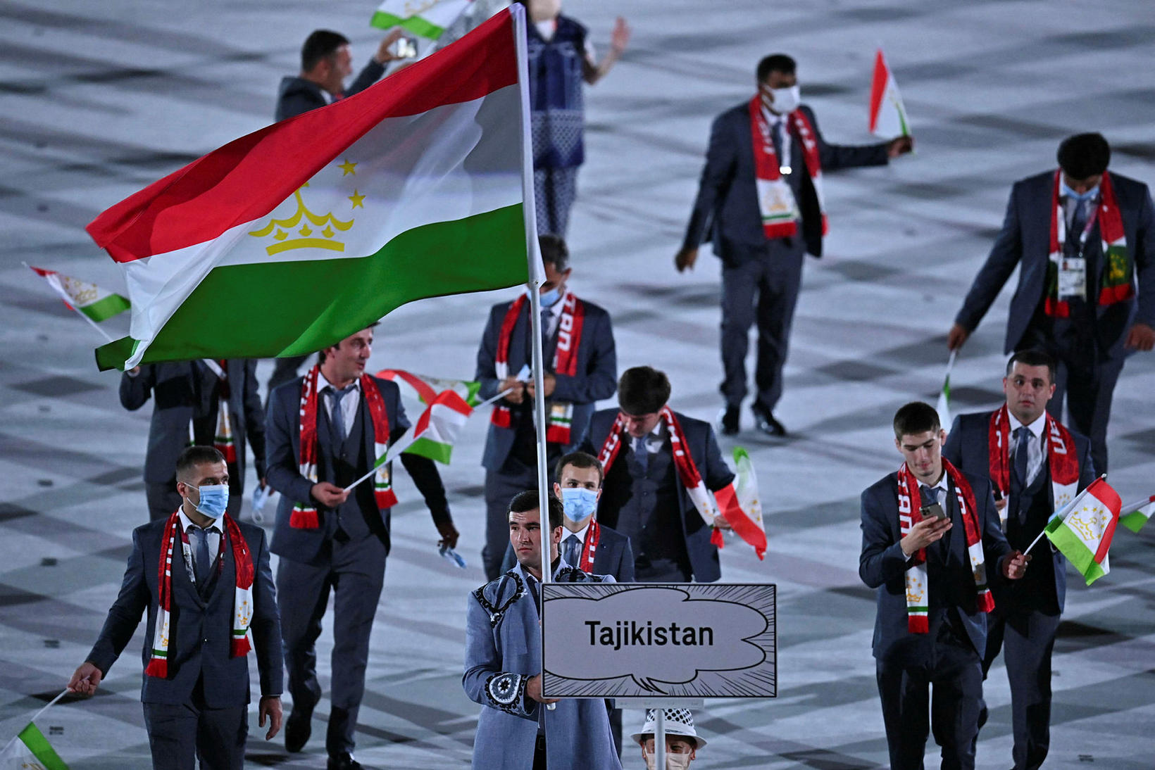 Hjá Tadjikistan voru þátttakendur ýmist með grímur eða ekki.
