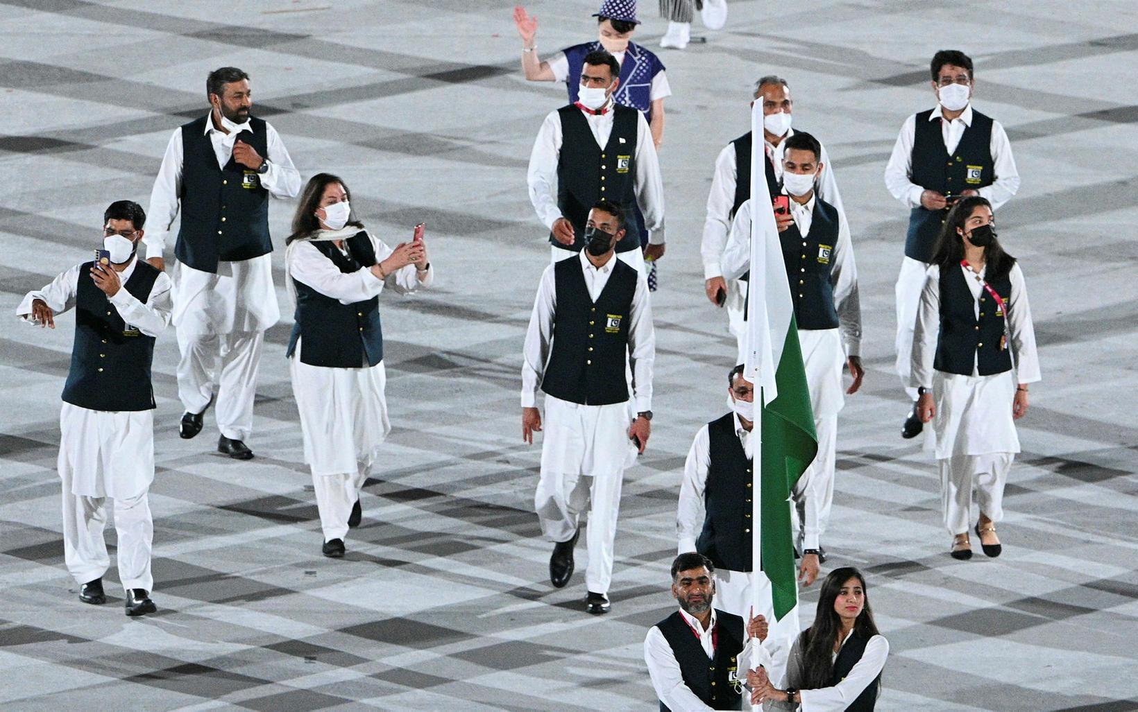 Fánaberar Pakistan voru ekki með grímur.