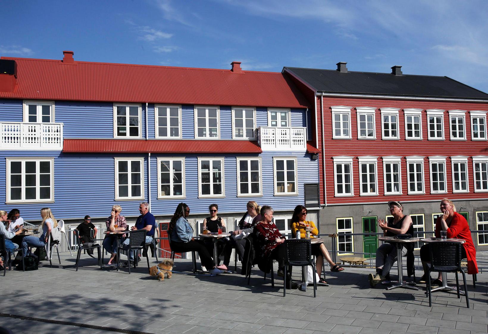 Það er útlensk stemning á torginu í nýja miðbæ Selfoss.