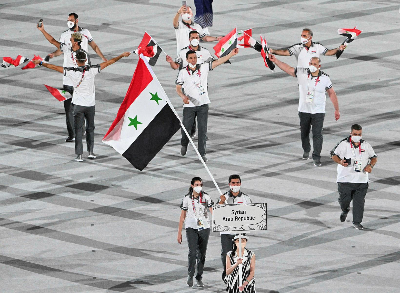 Hend Zaza og Ahmad Saber Hamcho fánaberar fóru fyrir sveit …