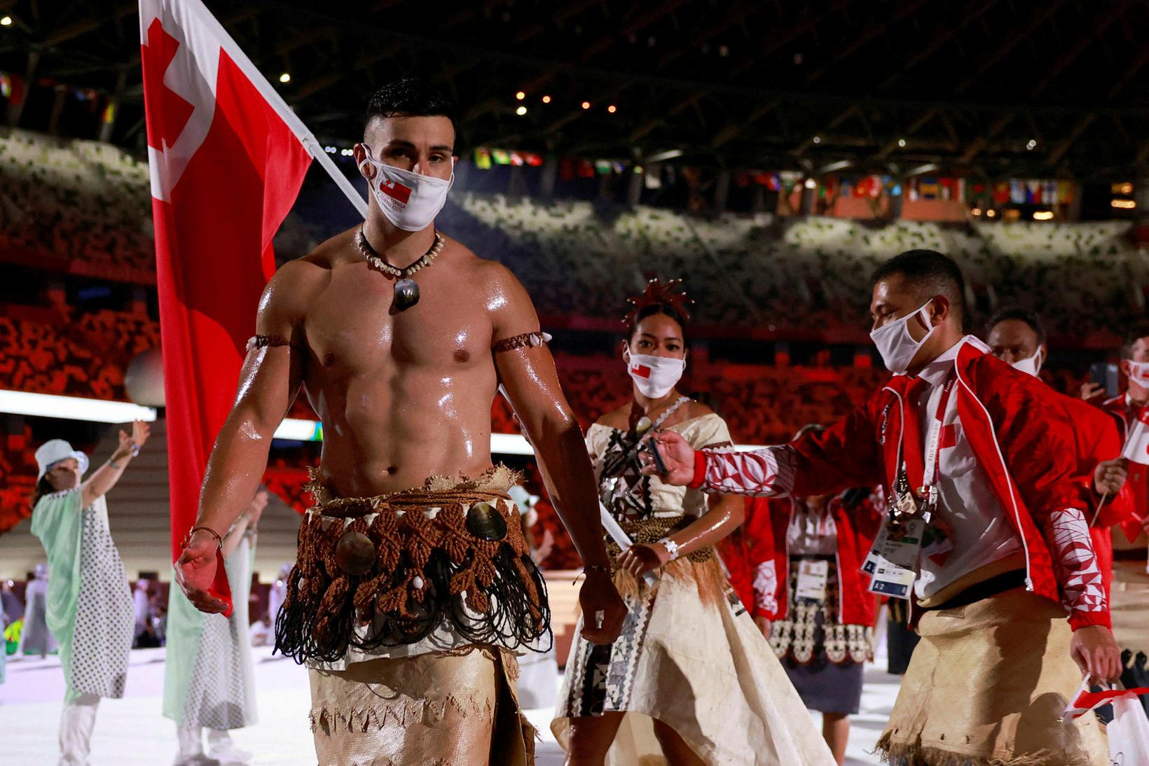 Pita Taufatofua fór á ný fyrir ólympíusveit Tonga á setningarathöfninni …