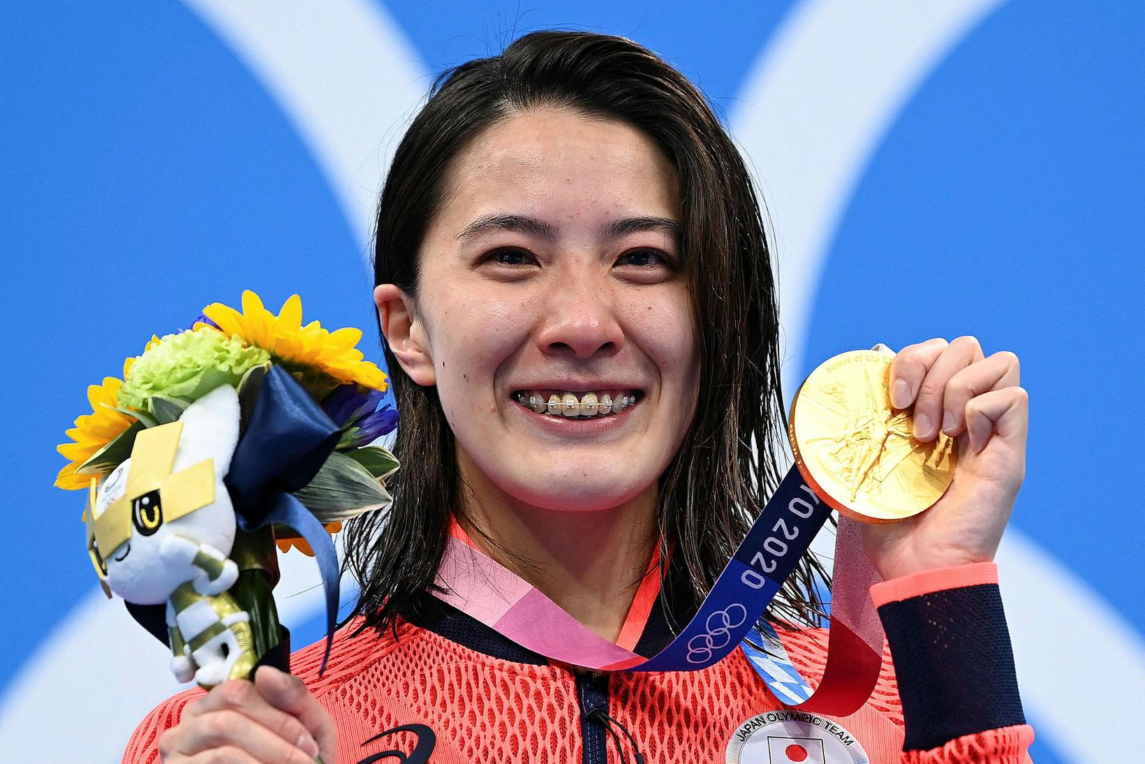 Yui Ohashi með gullverðlaunin.