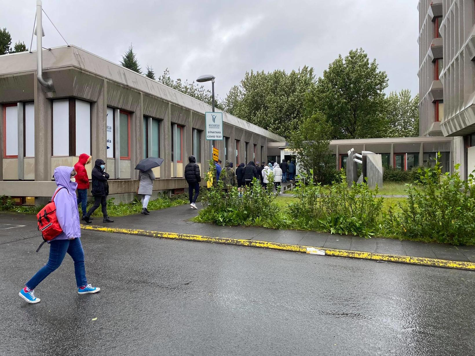 Beðið eftir skimun við Suðurlandsbraut.